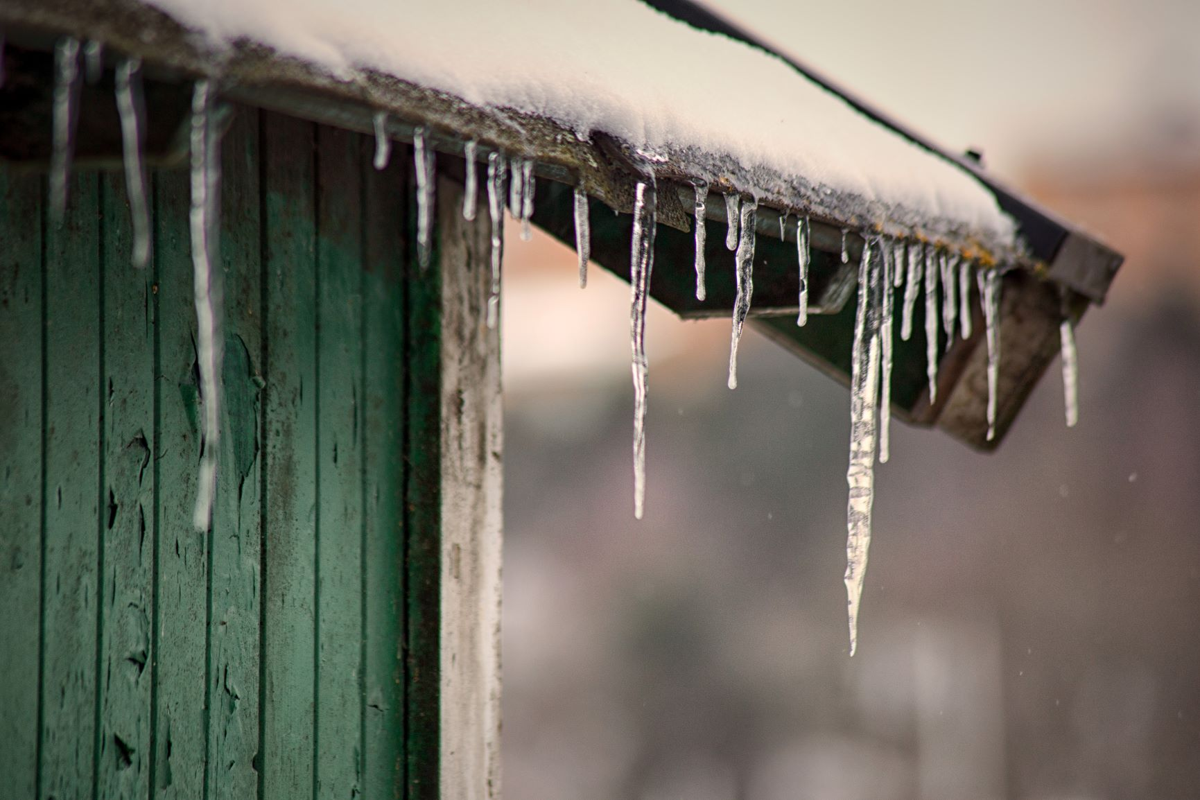 Ice Dams – What They Are And What To Do If It Happens To Your Roof